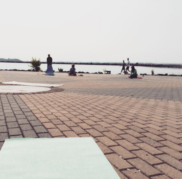 stretch in the sun top picks for outdoor yoga in ygk and. Black Bedroom Furniture Sets. Home Design Ideas